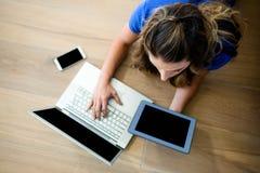 mulher de negócio em um portátil e em uma tabuleta Imagens de Stock Royalty Free