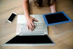 mulher de negócio em um portátil e em uma tabuleta Foto de Stock Royalty Free