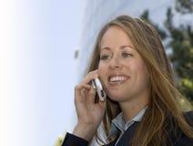 Mulher de negócio - em um telefone de pilha imagens de stock royalty free