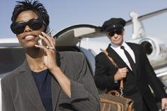 Mulher de negócio em uma chamada no aeródromo imagens de stock royalty free
