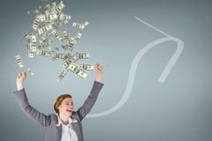 Mulher de negócio entusiasmado com chuva do dinheiro contra o fundo azul com seta fotografia de stock