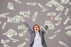 Mulher de negócio entusiasmado com chuva do dinheiro contra o fundo roxo imagens de stock royalty free