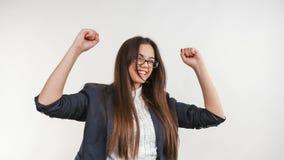 Mulher de negócio entusiasmado que comemora o triunfo - filme