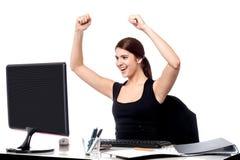 Mulher de negócio entusiasmado que levanta suas mãos. foto de stock royalty free