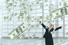Mulher de negócio entusiasmado que olha a chuva do dinheiro contra o fundo branco imagens de stock