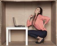 A mulher de negócio esforça-se com a dor lombar, escritório incômodo foto de stock