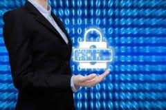 A mulher de negócio esperta está mostrando o conceito da tecnologia de segurança fotos de stock royalty free