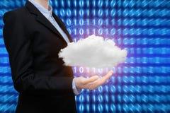 A mulher de negócio esperta está mostrando a tecnologia informática da nuvem fotos de stock royalty free