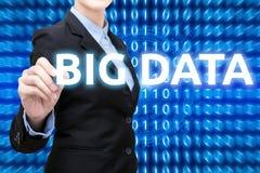 A mulher de negócio esperta está redigindo dados grandes com tecnologia esperta foto de stock