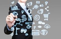 Mulher de negócio esperta nova que escreve o conceito grande da ideia dos dados imagem de stock royalty free