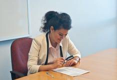 A mulher de negócio examina detalhes do contrato pela lente de aumento imagens de stock royalty free