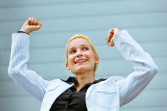Mulher de negócio Excited que está no prédio de escritórios Fotografia de Stock