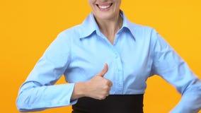 Mulher de negócio extremamente feliz que mostra os polegares acima, promoção da carreira, sucesso video estoque