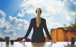 Mulher de negócio fêmea que olha para fora a montanha do céu das janelas fotos de stock royalty free