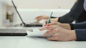 A mulher de negócio faz um documento no escritório vídeos de arquivo