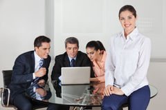Mulher de negócio feliz com equipe Fotografia de Stock Royalty Free