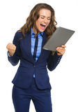Mulher de negócio feliz com sucesso do júbilo do PC da tabuleta Foto de Stock Royalty Free