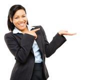 Mulher de negócio feliz da raça misturada que aponta no iso vazio do espaço da cópia imagens de stock royalty free