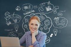 Mulher de negócio feliz em uma mesa usando um computador contra o fundo azul com gráficos Imagem de Stock Royalty Free