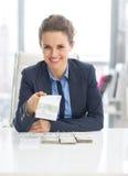 Mulher de negócio feliz que dá blocos do dinheiro Foto de Stock