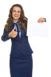 Mulher de negócio feliz que mostra a folha do papel vazio Foto de Stock Royalty Free