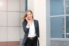 Mulher de negócio feliz, sorrindo que anda na rua fotografia de stock royalty free