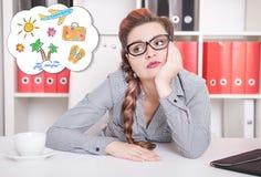 Mulher de negócio furada que sonha sobre o feriado Conceito do excesso de trabalho Fotografia de Stock Royalty Free
