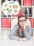 Mulher de negócio furada que sonha sobre o feriado no escritório Fotos de Stock Royalty Free