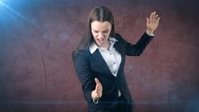 Mulher de negócio gritando do retrato do close up que levanta as mãos no ataque de ar com costeleta do foo do kung Imagem de Stock Royalty Free