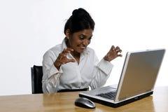 Mulher de negócio indiana em seu portátil Foto de Stock
