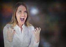 Mulher de negócio irritada contra o fundo marrom obscuro com folha de prova do grunge Fotografia de Stock