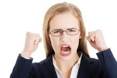 A mulher de negócio irritada e furioso com boca aberta está gritando. fotografia de stock royalty free