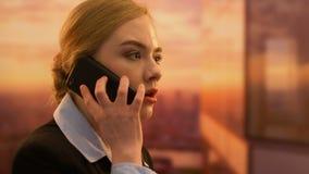 Mulher de negócio irritada que grita no telefone em empregado incompetente, problemas do trabalho video estoque
