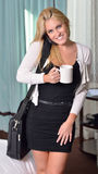 Mulher de negócio loura nova 'sexy' no quarto Fotos de Stock