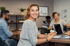 Mulher de negócio maduro que usa o smartphone fotos de stock royalty free