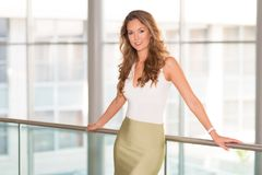 Mulher de negócio moderna no centro de negócios Fotos de Stock Royalty Free