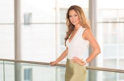 Mulher de negócio moderna no centro de negócios Fotografia de Stock Royalty Free