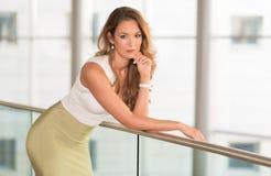 Mulher de negócio moderna no centro de negócios Imagem de Stock