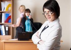 Mulher de negócio moderna no escritório foto de stock