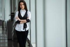 Mulher de negócio moderna no escritório com espaço da cópia foto de stock royalty free