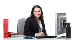 Mulher de negócio moderna que senta-se na mesa de escritório Imagem de Stock