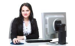 Mulher de negócio moderna que senta-se na mesa de escritório Imagens de Stock Royalty Free