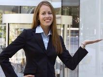Mulher de negócio - mostrando um produto em sua mão. Fotos de Stock