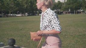 Mulher de negócio na camisa branca com as ervilhas pretas que trabalham atrás de um portátil É cansado, deixando o trabalho à dis video estoque