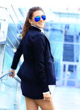 Mulher de negócio na cidade grande que olha purposefully afastado. Imagem de Stock