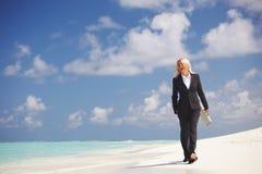 Mulher de negócio na costa do oceano Imagens de Stock Royalty Free
