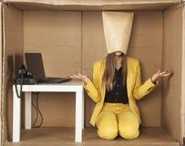 A mulher de negócio na máscara de papel não conhece o que fazer Imagem de Stock Royalty Free