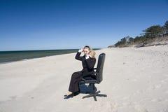 Mulher de negócio na praia imagem de stock