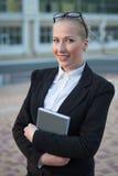 A mulher de negócio na rua. Fotos de Stock