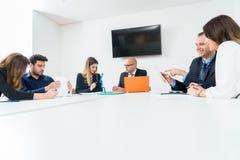 Mulher de negócio na sala de reunião da empresa da arquitetura com coll imagens de stock royalty free